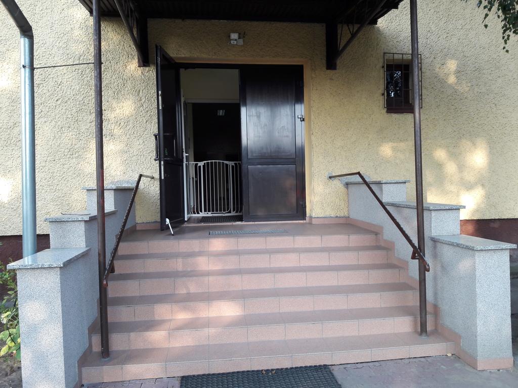 1 wyremontowane wejście do PP 1 w Krapkowicach.jpeg