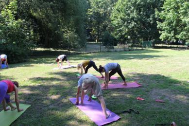 Galeria yoga na trawie