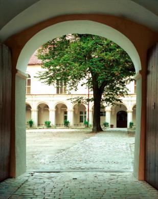 Krapkowice_zamek - wejście na dziedziniec.jpeg