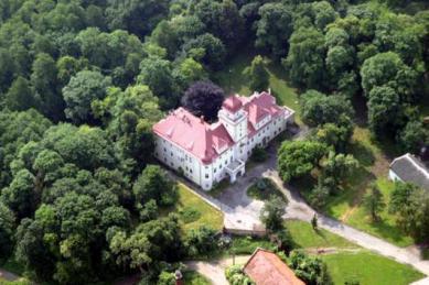 Der Hof und Park in Dąbrówka Górna.jpeg