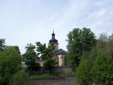 Die Kirche des Heiligen Nikolaus in Krapkowice.jpeg