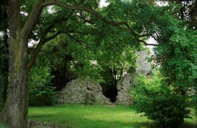 Ruiny rytířské tvrze v Otmętu.jpeg