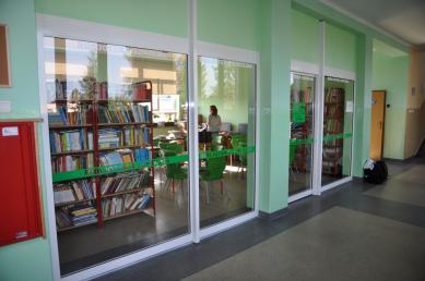 3 nowe pomieszczenie biblioteki szkolnej pozyskane z korytarza w ZSP w Krapkowicach.jpeg