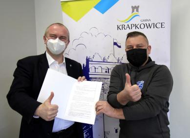 Burmistrz Krapkowic Andrzej Kasiura i prezes klubu KS unia Krapkowice podpisują umowę.